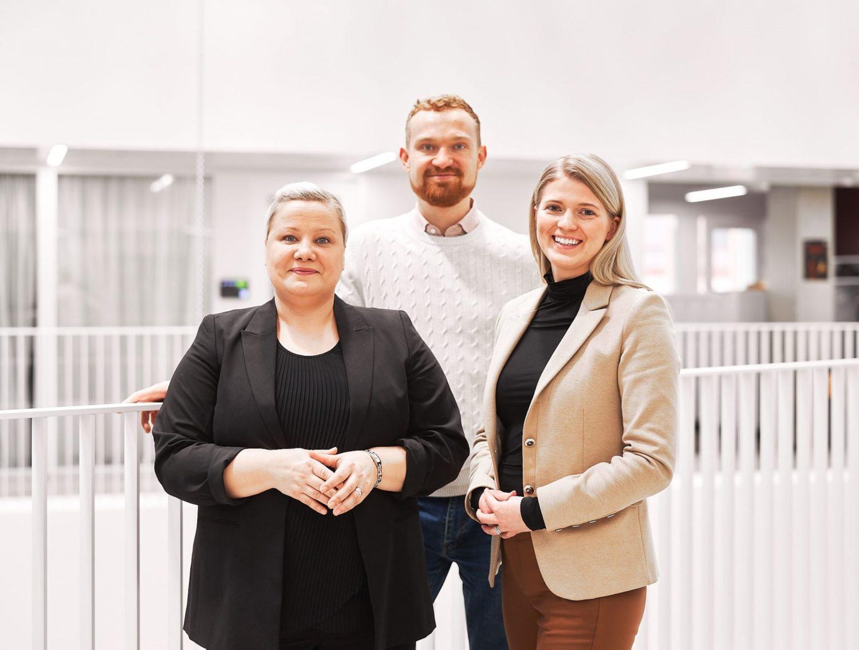 FITechin entiset ja tulevat tiimiläiset poseeraavat kameralle. Taustalla Heikki Koponen, edessä Katri Ventus ja Liina Vahala.