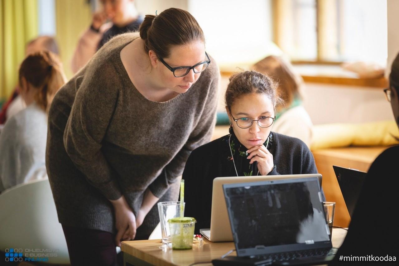 Kaksi naista katsovat mietteliäinä edessään olevaa tietokonetta ja pohtivat ratkaisua ongelmaan.